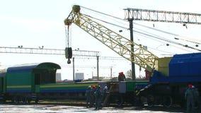 运转在火车站的大起重机 股票录像