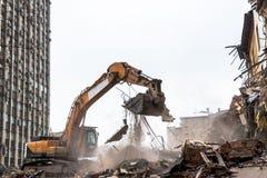 运转在爆破位置的水力压碎器挖掘机 免版税库存照片