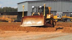运转在猎物的重的毛虫推土机 黄色挖掘机移动的地面 股票视频
