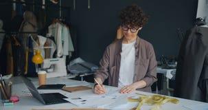 运转在现代演播室的创造性的夫人设计师略图衣裳 股票视频