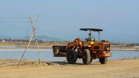 运转在盐领域的挖掘机在越南 免版税图库摄影