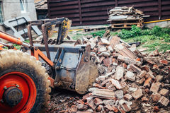 运转在站点爆破的水力压碎器挖掘机反向铲机械在改造工程期间 免版税库存图片