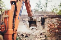 运转在站点爆破的水力压碎器挖掘机反向铲机械 免版税库存照片