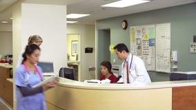 运转在繁忙的护士驻地的医护人员 股票视频