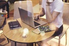 运转在起始的项目的咖啡馆的特写镜头行家女实业家佩带的白色衬衣 使用便携式计算机的创造性的女孩在 免版税图库摄影