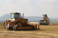 运转在跑道建造场所的重型建筑设备 免版税库存照片