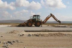运转在跑道建造场所的重型建筑设备 库存图片