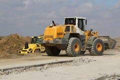 运转在跑道建造场所的重型建筑设备 库存照片