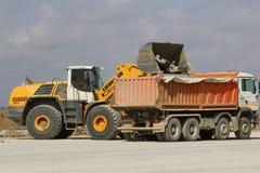 运转在跑道建造场所的重型建筑设备 图库摄影