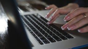 运转在键盘的妇女手指在晚上 技术在日常生活中