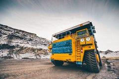 运转在露天开采矿的大卡车 免版税库存照片