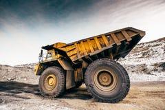 运转在露天开采矿的大卡车 免版税库存图片