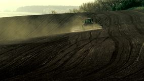 运转在领域的农业拖拉机 股票录像