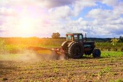 运转在领域的小拖拉机 小佃农农业 免版税库存图片