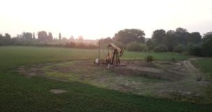 运转在领域的油泵 金属井架运作,泵浦工作油 股票录像