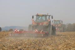 运转在麦地的拖拉机在捷克 库存照片