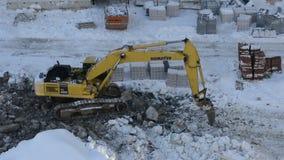 运转在建造场所的履带牵引装置挖掘机 影视素材