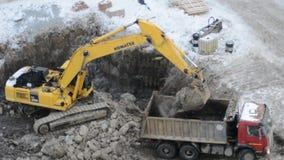 运转在建造场所的履带牵引装置挖掘机 股票录像