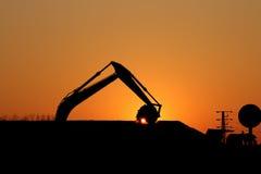 运转在建造场所的挖掘机 库存照片