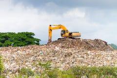 运转在dumpsite的垃圾填埋卡车 库存照片