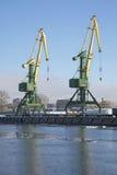 运转在Kanonersky渠道的码头的两台起重机 圣彼德堡货物口岸 库存照片