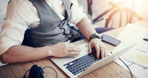 运转现代办公室起动项目的特写镜头有胡子的商人佩带的白色衬衣背心 创造性年轻人使用 免版税库存照片