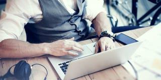 运转现代办公室起动项目的特写镜头有胡子的商人佩带的白色衬衣背心 创造性年轻人使用 免版税库存图片