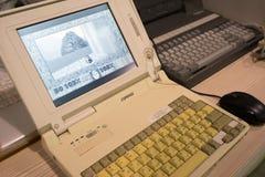 运转的减速火箭的个人计算机和膝上型计算机有葡萄酒比赛的 图库摄影