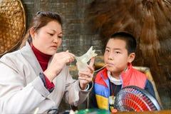 运转的手和手工造,吹的糖孩子是中国traditonal文化 免版税库存图片