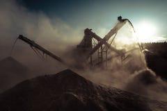 运转的石渣压碎器 行业背景 图库摄影