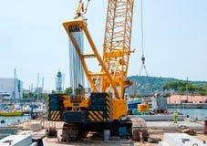 运转的起重机在老港口巴塞罗那,西班牙 库存图片