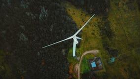 运转的风车涡轮美好的空中顶视图在豪华的绿色森林中间的,供选择的能承受的能量 股票视频