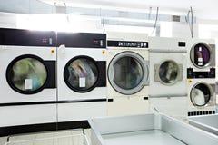 运转的洗衣机的图象在洗衣房 库存图片
