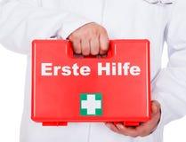 运载一个便携式的急救工具的男性医生 免版税库存照片