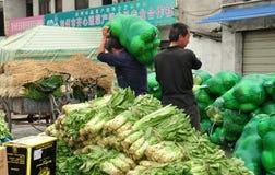 彭州,中国: 农夫运载的圆白菜 库存图片