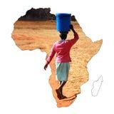 运载一个桶在她的头的水的一个年轻非洲女孩 图库摄影