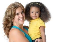 运载一个逗人喜爱的美国黑人的女孩的妇女 免版税库存图片