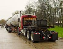 运载一l大,在一个休息区的沉重的部分的一辆巨型的拖车在美国 库存图片