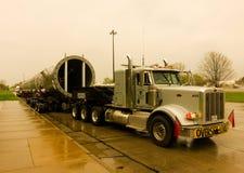 运载一l大,在一个休息区的沉重的部分的一辆巨型的拖车在美国 库存照片