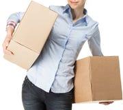 运载两个大箱子的微笑的妇女 免版税库存图片
