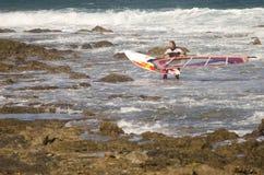 运载他的风帆冲浪者风帆冲浪委员会 免版税库存照片