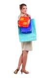 运载俏丽的购物妇女年轻人的袋子 库存照片