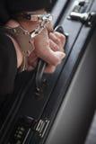 运载公文包的手铐的妇女 免版税库存图片