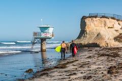 运载冲浪板的两位男性冲浪者在圣Elijo国家海滩 库存照片