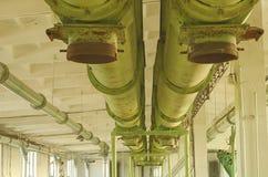 运载另外工厂行业内部机械部分平台到使用的运输 老传动机庄稼 链式传送机五谷 行业内部 图库摄影