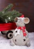 运载圣诞树的老鼠 免版税库存照片