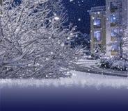 运载圣诞节克劳斯礼品例证晚上圣诞老人向量 自然和建筑学背景 免版税图库摄影
