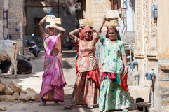 运载在一个建造场所的妇女砖在印度 图库摄影