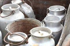 运载在农场的新鲜的牛奶的铝制容器 免版税库存照片