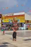 运载在后面的缅甸人五颜六色的重的篮子有在上面堆积的更多篮子的 免版税库存照片